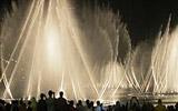 Největší fontána světa v Dubaji chrlí vodu do výšky sto padesáti metrů