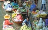 Vodní tržiště: Plují u stromem obrostlého chrámu i na cestě k mostu přes řeku Kwai