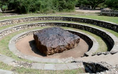 Největší meteorit světa Hoba váží 60 tun a zavítal k zemi před 80 tisíci lety  | Namibie