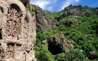 skalní reliéfy kláštera Geghard | Arménie