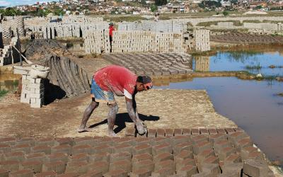 Madagaskar - výroba cihel