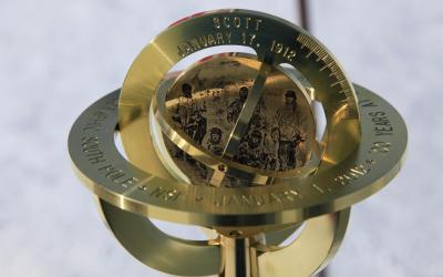 Slavnostní značka jižního pólu k 100. výročí jeho dobytí