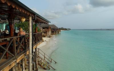 Pohled z terasy na pláž za přílivu
