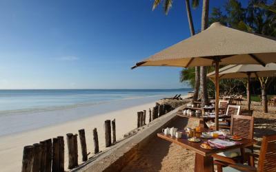 Restaurace a pláž | Bluebay Beach Resort & SPA