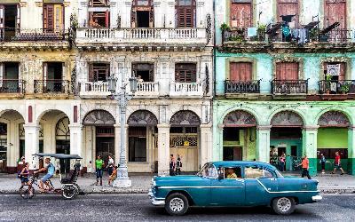 Street scene with vintage car in Havana AdobeStock_70568954