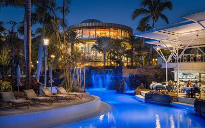 Areal hotelu v noci