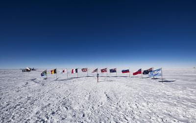 Těsně po příletu - vlajky zakládajících signatářů Antarktické dohody