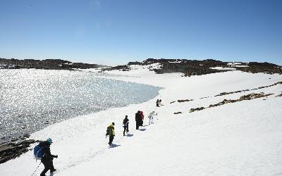 Procházka kolem zamrzlého jezera