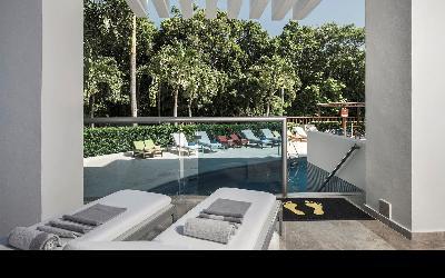 Terrace with sunbeds - Swim Up Suite