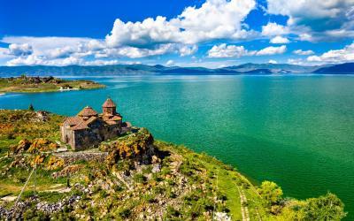 Jezero Sevan s klášterem Hayravank | Arménie