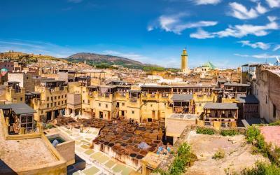 Fes, staré město s nádoby s barvou na kůži   | Maroko