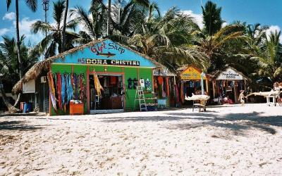 dominican-republic barevné domky u pláže